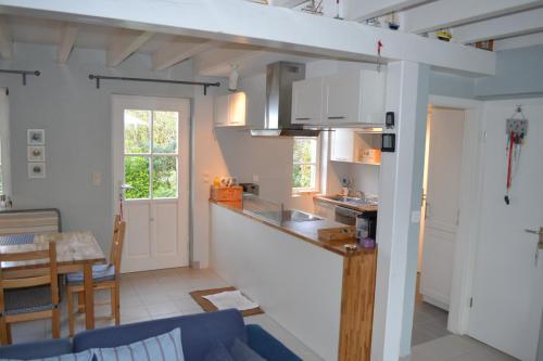 Die offene Küche mit Essbereich und Ausgang zur Terrasse