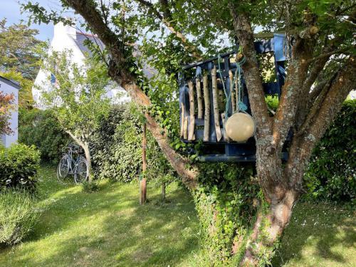 Das kleine Baumhaus für Kinder im vorderen Garten