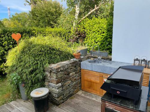 Die Außenküche und Blick in den hinteren Garten
